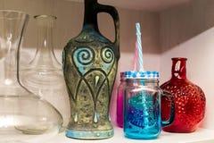 Вазы на полке, красочная ваза для лозы и вазы цветков, зеленого цвета, красного цвета, пинка, сини и стекел Стоковое фото RF