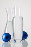 2 вазы с чистой водой и украшением рождества Стоковое фото RF