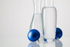 2 вазы с чистой водой и украшением рождества Стоковые Фотографии RF
