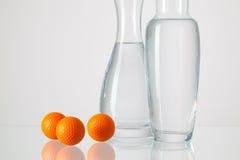 2 вазы с чистой водой и шарами для игры в гольф Стоковые Фотографии RF