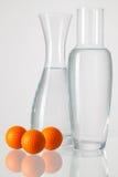 2 вазы с чистой водой и шарами для игры в гольф Стоковая Фотография