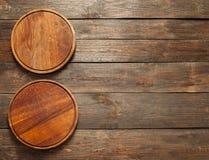 Вакантная деревянная пицца покрывает вертикаль открытого космоса Стоковые Фото