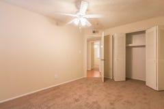 Вакантная комната с потолочным вентилятором Стоковая Фотография