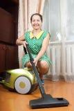 вакуумируя женщина стоковые фото