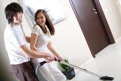 вакуум усмешки девушки уборщика мальчика Стоковая Фотография