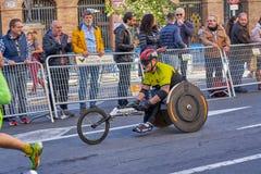 ВАЛЕНСИЯ, ИСПАНИЯ - 2-ОЕ ДЕКАБРЯ: Бегуны состязаются в кресло-коляске на марафоне XXXVIII Валенсия 18-ого декабря 2018 в Валенсия стоковая фотография rf