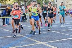 ВАЛЕНСИЯ, ИСПАНИЯ - 2-ОЕ ДЕКАБРЯ: Бегуны состязаются в марафоне XXXVIII Валенсия 18-ого декабря 2018 в Валенсия, Испании стоковое фото rf