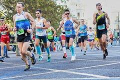 ВАЛЕНСИЯ, ИСПАНИЯ - 2-ОЕ ДЕКАБРЯ: Бегуны состязаются в марафоне XXXVIII Валенсия 18-ого декабря 2018 в Валенсия, Испании стоковое фото