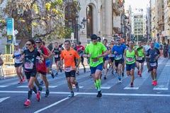 ВАЛЕНСИЯ, ИСПАНИЯ - 2-ОЕ ДЕКАБРЯ: Бегуны состязаются в марафоне XXXVIII Валенсия 18-ого декабря 2018 в Валенсия, Испании стоковое изображение rf