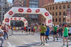 ВАЛЕНСИЯ, ИСПАНИЯ - 2-ОЕ ДЕКАБРЯ: Бегуны состязаются в марафоне XXXVIII Валенсия 18-ого декабря 2018 в Валенсия, Испании стоковые изображения