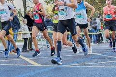 ВАЛЕНСИЯ, ИСПАНИЯ - 2-ОЕ ДЕКАБРЯ: Бегуны состязаются в марафоне XXXVIII Валенсия 18-ого декабря 2018 в Валенсия, Испании стоковое изображение