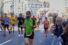 ВАЛЕНСИЯ, ИСПАНИЯ - 2-ОЕ ДЕКАБРЯ: Бегуны состязаются в марафоне XXXVIII Валенсия 18-ого декабря 2018 в Валенсия, Испании стоковые изображения rf