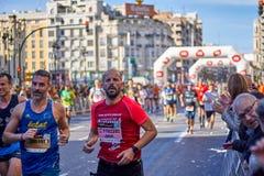 ВАЛЕНСИЯ, ИСПАНИЯ - 2-ОЕ ДЕКАБРЯ: Бегуны состязаются в марафоне XXXVIII Валенсия 18-ого декабря 2018 в Валенсия, Испании стоковая фотография rf