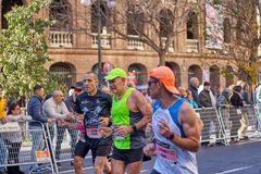 ВАЛЕНСИЯ, ИСПАНИЯ - 2-ОЕ ДЕКАБРЯ: Бегуны состязаются в марафоне XXXVIII Валенсия 18-ого декабря 2018 в Валенсия, Испании стоковая фотография