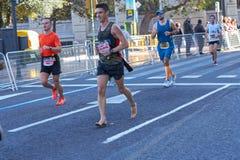 ВАЛЕНСИЯ, ИСПАНИЯ - 2-ОЕ ДЕКАБРЯ: Бегун состязается без ботинок на марафоне XXXVIII Валенсия 18-ого декабря 2018 в Валенсия, стоковые изображения