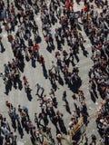 Валенсия - Испания, 17-ое марта 2019: Толпа людей через улицы Валенсия в толпе Fallas людей идя улицы  стоковая фотография