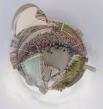 ВАЛЕНСИЯ, ИСПАНИЯ - 20-ОЕ НОЯБРЯ 2016: Несколько бегунов начиная марафон на линии старта бежать меньшая планета, ноябрь Стоковая Фотография RF
