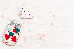 Валентайн дня приветствуя счастливое s карточки опарник с красочным печеньем он Стоковое Изображение