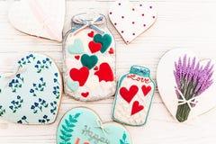 Валентайн дня приветствуя счастливое s карточки опарник с красочным печеньем он Стоковое Изображение RF