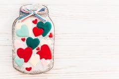 Валентайн дня приветствуя счастливое s карточки опарник с красочным печеньем он Стоковые Изображения RF
