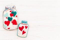 Валентайн дня приветствуя счастливое s карточки опарник с красочным печеньем он Стоковые Изображения