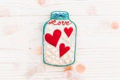 Валентайн дня приветствуя счастливое s карточки опарник с красочным печеньем он Стоковая Фотография RF