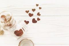 Валентайн дня приветствуя счастливое s карточки стильные сердца в стеклянном опарнике Стоковые Изображения