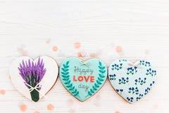 Валентайн дня приветствуя счастливое s карточки счастливый текст дня влюбленности на кашеваре Стоковая Фотография RF