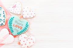 Валентайн дня приветствуя счастливое s карточки счастливый текст дня влюбленности на кашеваре Стоковые Изображения