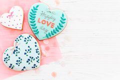 Валентайн дня приветствуя счастливое s карточки счастливый текст дня влюбленности на кашеваре Стоковые Изображения RF