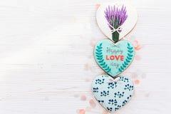 Валентайн дня приветствуя счастливое s карточки счастливый текст дня влюбленности на кашеваре Стоковое Изображение RF