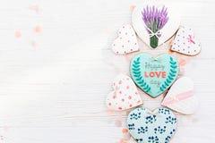 Валентайн дня приветствуя счастливое s карточки счастливый текст дня влюбленности на кашеваре Стоковое фото RF