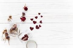 Валентайн дня счастливое стильные сердца в стеклянном опарнике и розах плоских Стоковая Фотография
