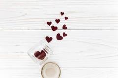 Валентайн дня счастливое стильные сердца в стеклянном опарнике на белом woode Стоковые Изображения