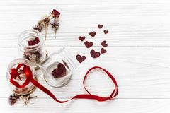 Валентайн дня счастливое стильные сердца в стеклянных опарнике и розах и r Стоковая Фотография