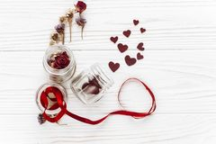 Валентайн дня счастливое стильные сердца в стеклянных опарнике и розах и r Стоковые Изображения RF