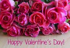 Валентайн дня счастливое s Букет розовых роз на деревянной предпосылке Концепция дня ` s валентинки St с космосом экземпляра Стоковые Фотографии RF
