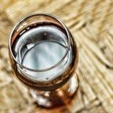 Валентайн дня s дата романско Wine в стекле и бутылке вина на деревянной предпосылке стоковая фотография rf