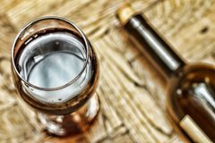 Валентайн дня s дата романско Wine в стекле и бутылке вина на деревянной предпосылке стоковое фото