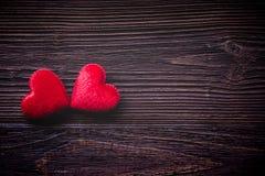 Валентайн дня s Зашитые зажимки для белья на старых деревянных планках, винтажный тон сердец подушки красные Счастливая насмешка  Стоковые Изображения RF