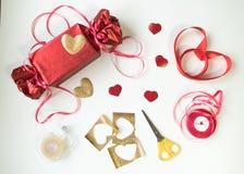 Валентайн дня s Красная коробка с смычком и лентами Стоковые Фото