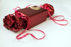 Валентайн дня s Красная коробка с смычком и лентами Стоковая Фотография