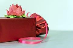 Валентайн дня s Красная коробка с смычком и лентами Стоковые Изображения RF