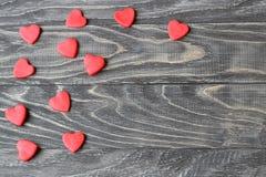 Валентайн дня s Красные сердца на деревянной предпосылке Стоковые Фотографии RF
