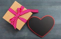 Валентайн дня s Пустая доска формы сердца и подарочная коробка на голубой предпосылке, космосе экземпляра, взгляд сверху Стоковые Изображения RF