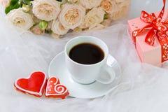 Валентайн дня s Свадьба, день ` s матери 2 пряников сердце чашки кофе и на предпосылке цветков и подарков Стоковые Изображения