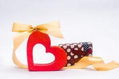 Валентайн дня s сердце присутствующего оформления деревянное с смычком и подарок на белой предпосылке Стоковое Изображение RF