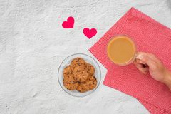 Валентайн дня s Чашка кофе и печенья на плите на таблице, Стоковое фото RF