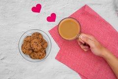 Валентайн дня s Чашка кофе и печенья на плите на таблице, Стоковые Изображения RF