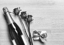 Валентайн дня s Валентайн дня s Шампань, подарочная коробка и красные розы план Открытый космос для текста Стоковые Изображения